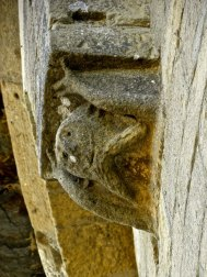 Détail du portail roman de l'église Notre-Dame de Baraigne.