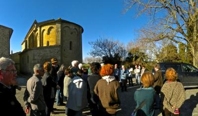 Le groupe de l'AEC devant le chevet roman de l'église de Baraigne.