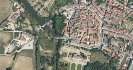Le village fortifié de Pennautier en Cabardès.