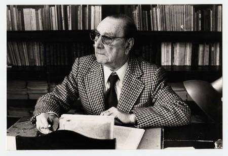 René Nelli dans son bureau Rue du Palais à Carcassonne.