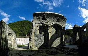 Les vestiges du prieuré Saint-Pierre de Burlats.
