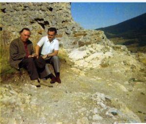 René Nelli et Jacques Charpentier dans les ruines du château de Montaillou.